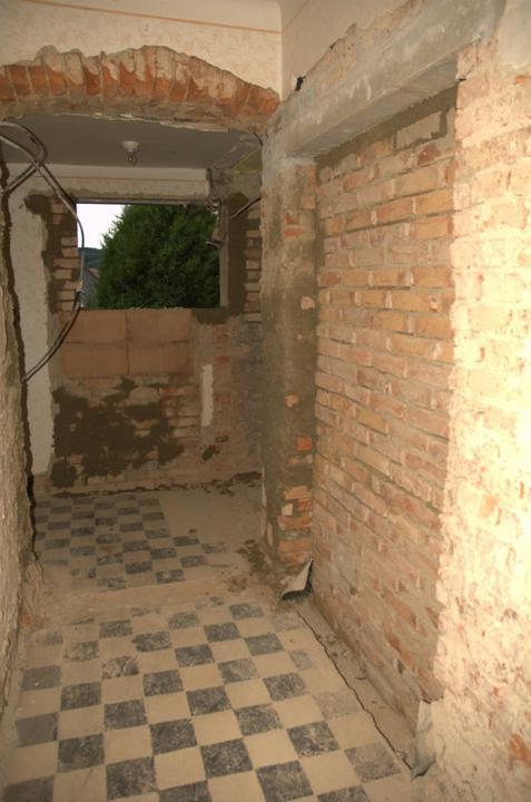Od začátku do ... - Pohled zhruba ode dveří koupelny. Vpravo výklenek pro budoucí umyvadla.