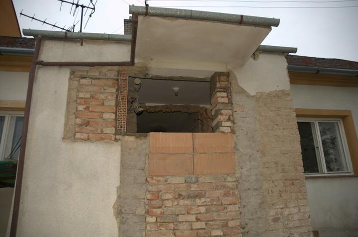 Od začátku do ... - Chybička se vloudila :) Ty dutinovky otočené dírama ven, to asi záměrně aby se nám pak nerosilo oknov budoucí koupelně:)