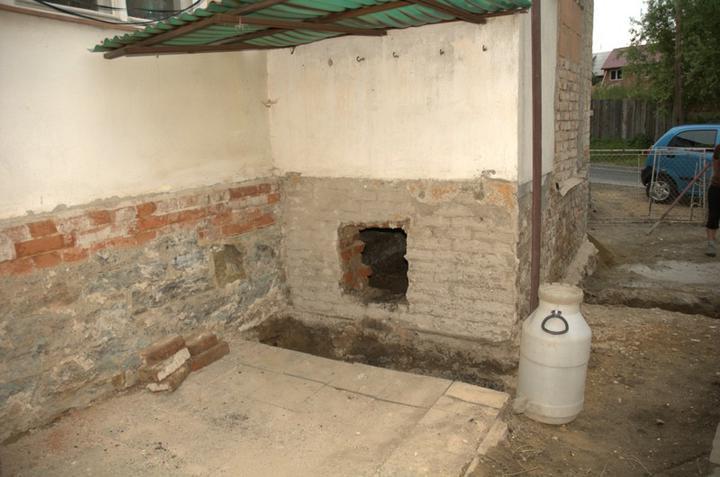 Od začátku do ... - Nový otvor v prostoru pod koupelnou, jeden je ještě z druhé strany, ale ten půjde zazdít a osadit jen větrací mřížku.