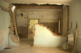 Už nemáme ani staré schody, ani zeď a do budoucího podkroví máme nad chodbou díru jak do nebe...