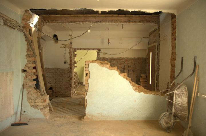 Od začátku do ... - Už nemáme ani staré schody, ani zeď a do budoucího podkroví máme nad chodbou díru jak do nebe...