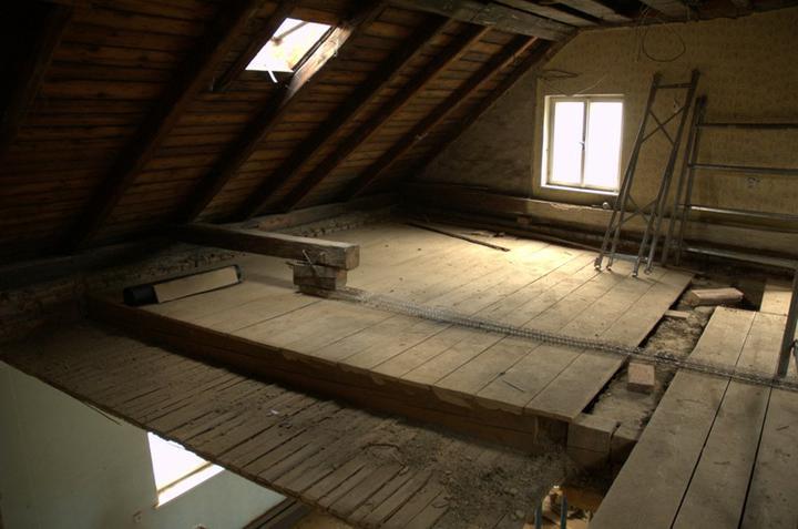 Od začátku do ... - Půda bez cihelné dlažby, škváry, pouze s dřevěným záklopem, ten půjde taky pryč, ale ty dobré desky zas vrátíme až vyčistíme co je pod tím...