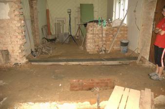 Založení nové zdi mezi chodbou a pokojem, nová zeď je o kus posunutá a hlavně  (tady to ještě není) rovná :)