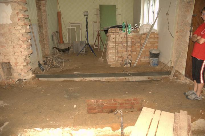 Od začátku do ... - Založení nové zdi mezi chodbou a pokojem, nová zeď je o kus posunutá a hlavně  (tady to ještě není) rovná :)