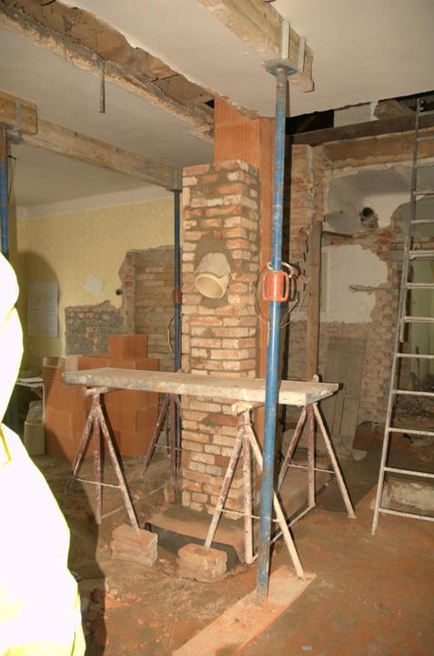 Od začátku do ... - Komín už vyrostl a tady roste pilýř, který ponese průvlak místo té nosné zdi...