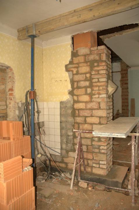 Od začátku do ... - Moc se mi líbila ta cihlová zeď okolo komína, ale bohužel tak nemohla zůstat, před ní povedou odvětrací roury, kanalizace, voda a jiné trubky...