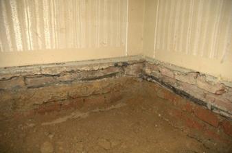 Vykutaná podlaha, izolace z podřezání v šedesátých letech, Pod Izolací mokro.
