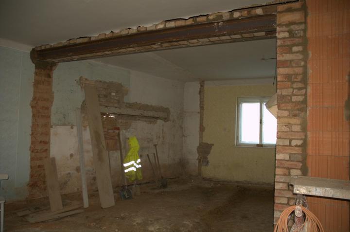 Od začátku do ... - A průvlak místo nosné zdi je tady, překlad pro okno je stále na svém špatném místě.