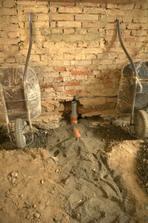 Tady vede kanalizace do které bude časem napojen dřez a myčka...