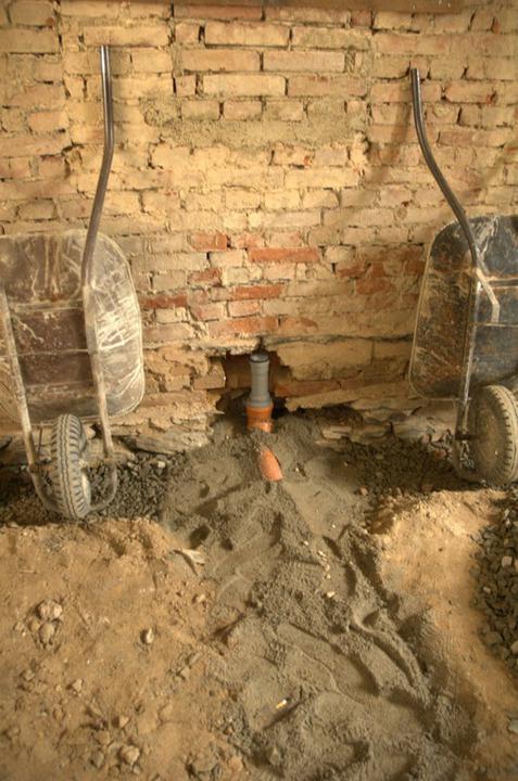 Od začátku do ... - Tady vede kanalizace do které bude časem napojen dřez a myčka...