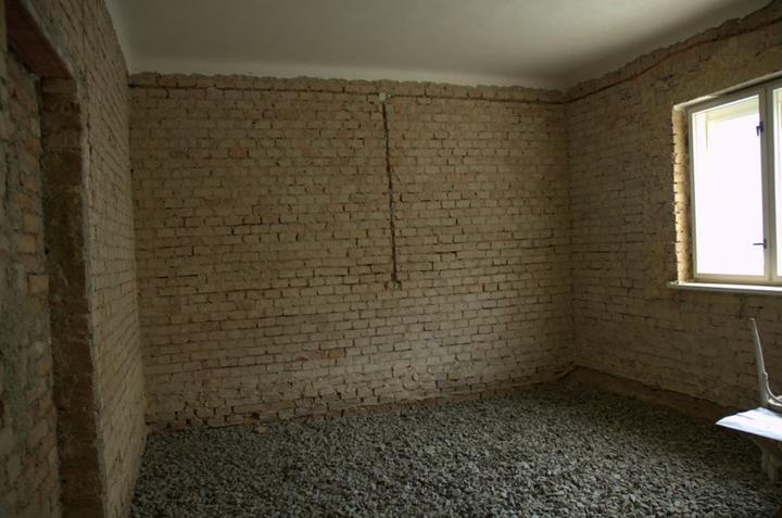 Od začátku do ... - Zasypáno a vyčištěné spáry ve zdi...