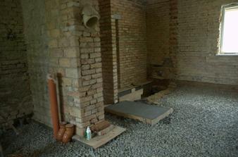 Větrací potrubí, základ pro  schody, zhutněný štěrk na podlaze...