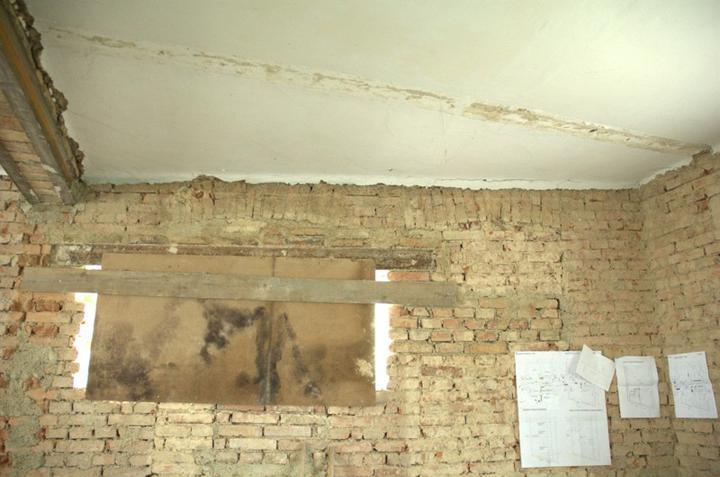 Od začátku do ... - Kuchyňské okno je zatím zakryté a vedle visí půdorys do kterého neustále něco zakresluju a zpřesňuju, prostě kovářova kobyla...