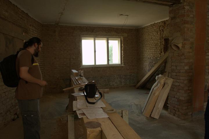 Od začátku do ... - Přítel okukuje trámy, prodloužení krokví a přemýšlí nad barvou lazury