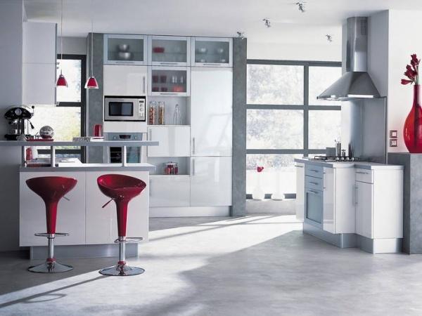 Inšpirácie z Talianska - červené barové stoličky sa mi páčia, pre oživenie...