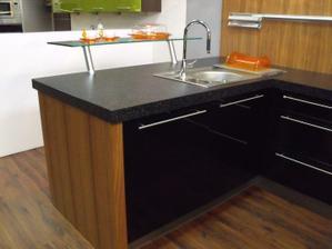 čierne dvierka tejto kuchyne sú kombináciou DTD a skla...v reále sú nádherné