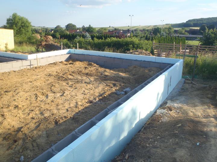 Novy Strop vo WC - Bungalov, prvy vykop 4.6.2012 - Zateplene zaklady do hlby 1m perimertom hr. 10cm