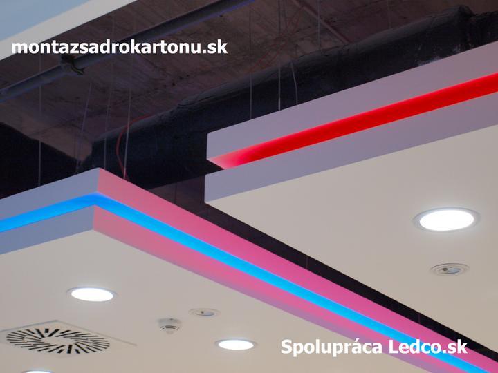Dekoračné sadrokartónové podhľady - Realizácia sadrokartónových podhľadou technológiou frézovania v spolupráci s firmou Ledco.sk, ktorá zabezpečila návrh a realizáciu osvetlenia.
