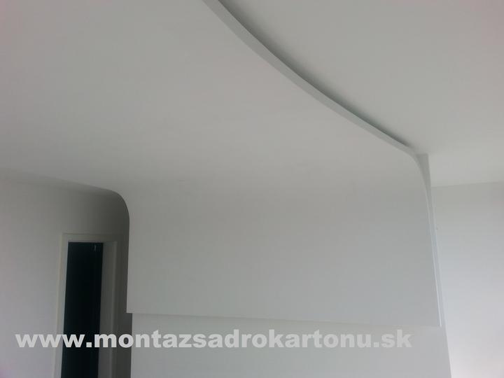 Dekoračné sadrokartónové podhľady - Obojstrane oblúkovy strop nad postel s nepriamym osvetlením po obvode.