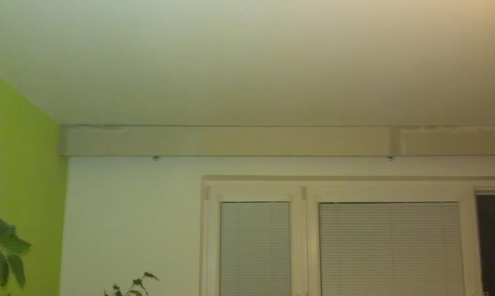 """Sadrokartónové garniže: shop.easyboard.sk - Osadenie frezovanej sadrokartonovej garnize v panelaku. Krive omietky bolo potrebne vyspravit tmelom, ale aj tak islo o rychlu a pomerne """"cistu"""" instalaciu."""