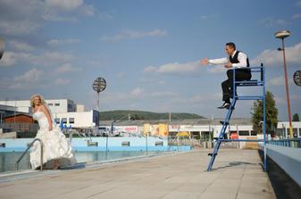 slečna do bazéna sa nesmie skákať !!! :o)
