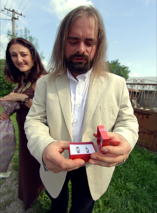 ERIKA SKLENKOVA{{_AND_}}Tibor Kišš - manželov šéf a svedok v jednej osobe...kontrola či nezmizli obrúčky :)