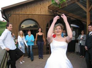 V levo DJ Kuba, kamarádky dychtící po svatbě :)