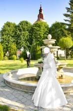 Predam biele svadobne šaty velkosť 38-40 k tomu zavoj,bolerko a kruh.V pripade zaujmu su k tomu aj topanky velkosť 35 a bižuteria.Cena za všetko 300 eur + dohoda
