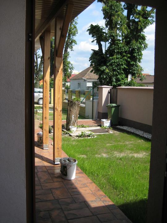 Nas dom - postupne - predna zahradka