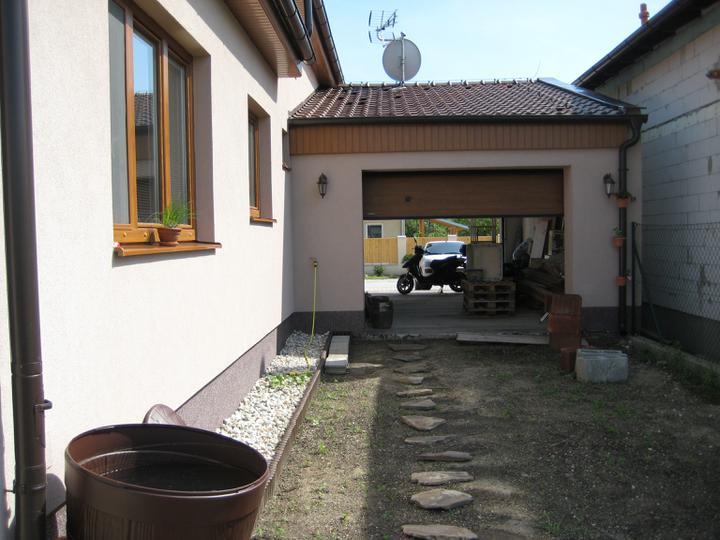 Nas dom - postupne - pohlad z dvora ku garazi