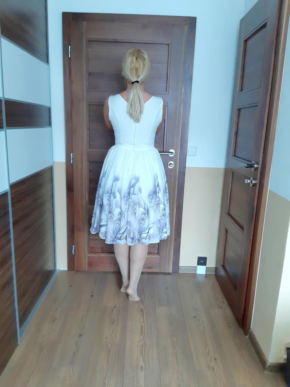 Biele šaty s fialkovými kvetmi - Obrázok č. 2