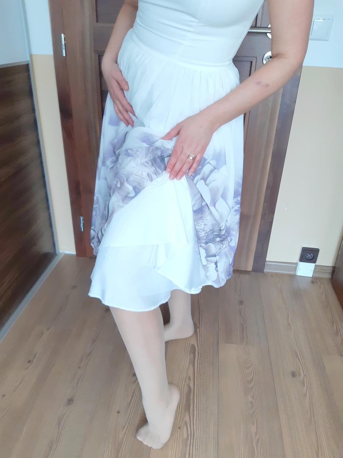 Biele šaty s fialkovými kvetmi - Obrázok č. 3