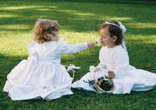 naše družičky Maja a Leňula..při očichávání kytiček na louce..