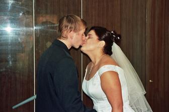 pusa při příchodu ženicha