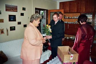 předávání kytek maminkám