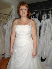 tak to jsem já, na obličej nekoukejte, ten budu mít novej:O)....1.zkouška šatů, co myslíte?