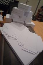 Zábava na dnešní večer jasná:) Rýsování, stříhání, ohýbání a lepení aneb hurá na výrobu krabiček na výslužky:)