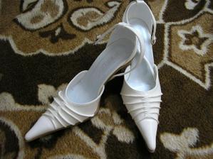 Moje svadobné topánočky. Sú smotanovo-béžové, tak ako šatočky :o)))