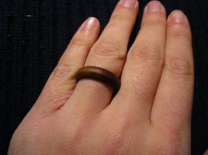 A takovýhle prstýnek jsem dostala já... (bohužel se asi po měsíci rozbil - ještě, že nejsem pověrčivá- takže vybírám nový).