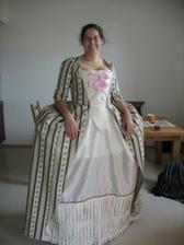 Další foto šatů, které jsou zase o kousek blíž k výslednému tvaru...