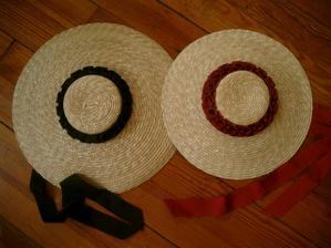Dobový klobouk bych chtěla, ale dnes se podobné nedělají a dělaný na míru by prý vyšel na - podržte se - 5-7.000 Kč. Tak to si raději nechám zajít chuť.
