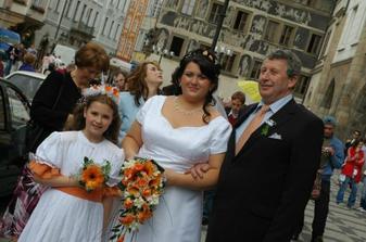 Před obřadem s tatínkem, družičkou a v pozadí maminka a svědkyně