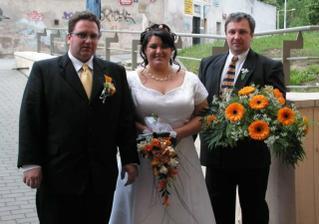 S manželem a jeho bratrem - drží kytičku z autíčka