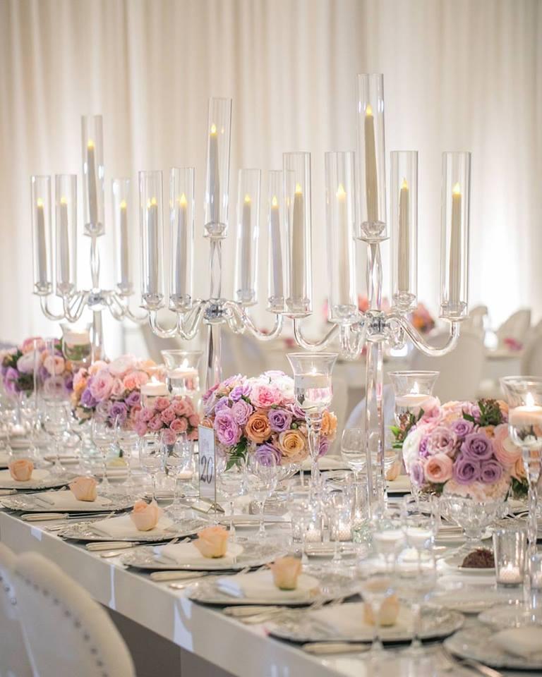 Aj takto môžu vyzerať naše luxusné patinované klubové taniere v rámci svadobnej výzdoby. Romanticky, zasnene, nádherne! :) - Zdroj: https://www.facebook.com/aftereightproductions/photos/rpp.451229438336002/1159267857532153/?type=3&theater