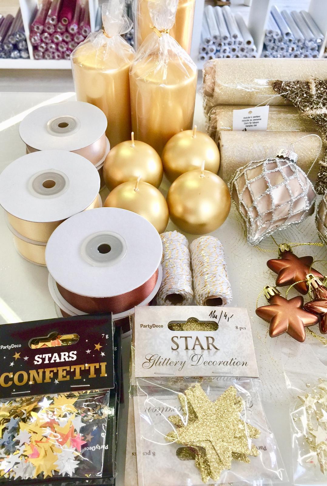 Kamenný obchod Praha 4 - AKCE 15% do 31.10.2019 - Vánoční dekorace na stůl, stromeček do oken- zdobené organzy, satén, svíčky, ubrousky, perličky, girlandy, stuhy dekorační atd...nabízíme v kamenné prodejně na Praze 4, 5. Května 1324/7.