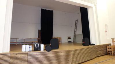 podium před uklizením a než tam muzika dala aparaturu