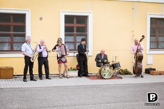 po skončení obřadu nám přátelé muzikanti zahráli