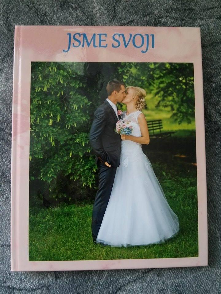 Naše fotokniha ze svatby :-* Jsem nadšená, mohla bych se na ní koukat pořád dokola :-) Zde je pár stránek, ale celkem jich má 54. Na posledních pár stránek jsem dala i fotky ze svatební cesty, ať to máme komplet. - přední strana fotoknihy