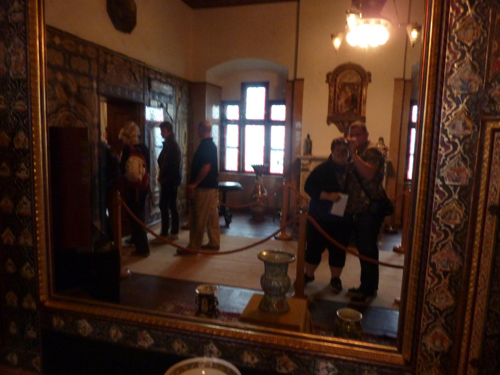Svatební cesta - to bylo už v zámku.Zrcadlo prej kdo do nej pohlédne bude hezčí a bohatší tak nevim:D