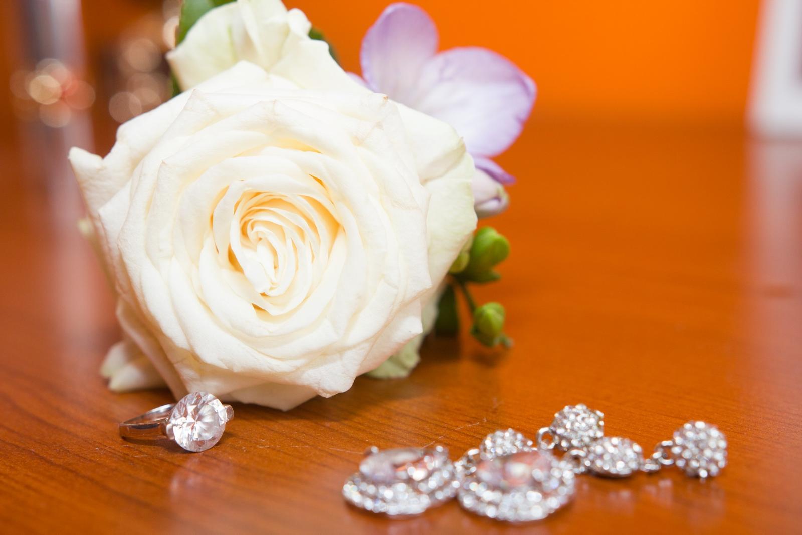 Martina{{_AND_}}Lukáš - svadobne pierko, moje zboznovane nausnicky a krasny prsten ktorym to vsetko zacalo